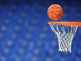 pallone da basket in volo verso il canestro