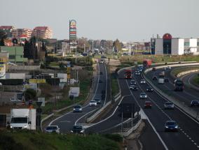 auto in marcia su strada statale