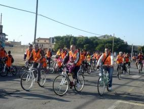 gruppo di ragazzi in bici