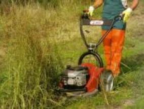 operaio che utilizza una macchina taglia erba