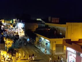 veduta notturna di via gorizia durante una manifestazione