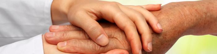 due mani stringono un'altra mano